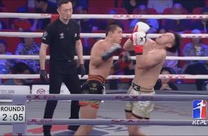 后手直拳打得对手脖子90度后仰,这拳没KO太可惜