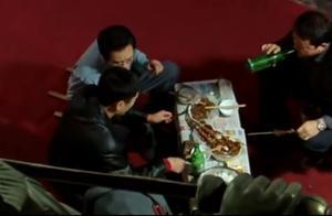疯狂的石头中郭涛,三宝在展厅吃烧烤喝啤酒,看得我都饿了,哈哈