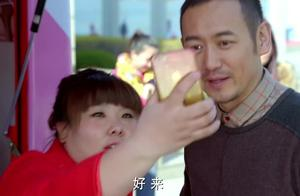 中年大叔魅力不减,卖个蛋挞美女们争着和大叔拍照,真是有艳福!