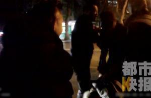 """西安一""""醉酒女""""当街脱光上身 民警劝阻反遭辱骂踢踹"""