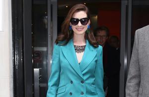 37岁安妮海瑟薇气质真好!绿西装配蕾丝打底衫好看炸了,不得不爱