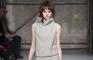 Marni系列高級成衣依舊不乏品牌最擅長的各種印花極具藝術感