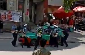 云南麻栗坡一男子持刀伤人抢车逃窜,民警开枪将其抓获