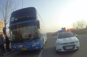 冒用他人驾驶证驾驶34人大客车发班车,被交警当场查获