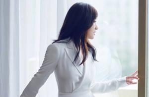 杨钰莹穿了一条白色连体裤,凹出了大长腿,网友:真的只有158?