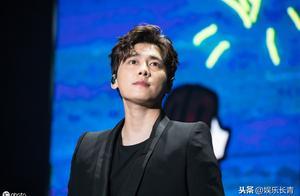 李易峰台上倔强低头,悄悄抹泪,网友:我相信他是累了在擦汗。
