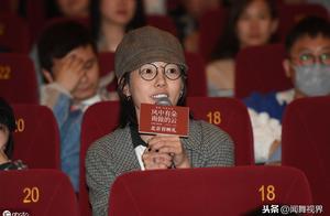 白百何现身影院观影,低调坐观众席笑容灿烂,格子外套配素颜减龄