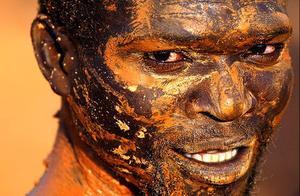实拍 非洲黄金矿工的采矿生活,随时有生命危险