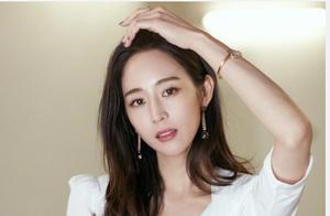 36岁张钧甯现身,深V衬衫配短裙美得高级,简单搭配也能如此优雅