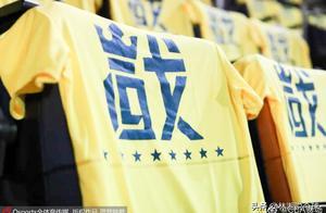 满城尽带黄金甲!摄于CBA总决赛前 广东首个主场 