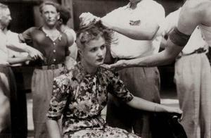 二战老照片:战后被清算的法国女人,被剃光头后游街