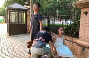 70岁王刚子孙满堂,带儿子与外孙外孙女玩耍,画面温馨享天伦