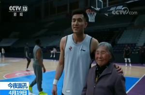 暖心!84岁球迷奶奶见郭艾伦激动落泪 追辽篮20年第一次见偶像