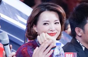 董卿一袭紫色民族风连衣长裙现身节目,台下的她总是微笑,太暖!