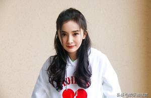 杨幂打扮低调在栏杆上压腿 扎马尾笑容甜美很少女