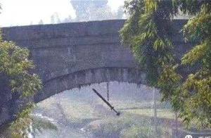 贵州一桥下悬挂一把古剑,价值连城,却至今无人敢拿,这是为何?