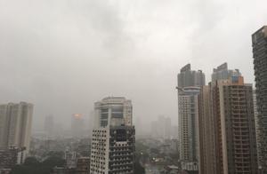 广州深圳暴雨,一秒天变黑犹如视觉大片,网友:妖怪在渡劫?