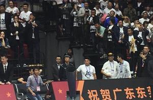 范子铭在球员通道观看广东夺冠庆典,他父亲以前就效力于广东宏远