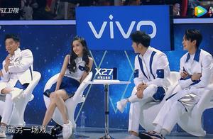 王牌:关晓彤baby同台,一个紧身裤一个短裙,对比坐姿高下立见