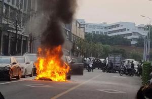 突发!赣州市民中心附近有一轿车自燃,原因暂不明!