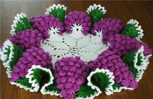 「钩编图解」葡萄串垫子、猕猴桃口金包和康乃馨花束的图解