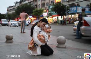 女孩19岁生娃,孩子患病无钱治不知咋办,急得在街头向路人下跪