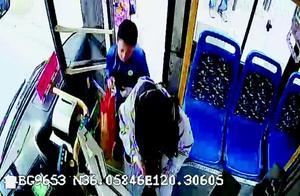 女乘客没带零钱小男孩帮投一元 青岛公交司机掏腰包给他