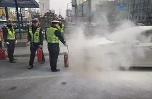 长春一女士所驾车辆在吉林大街发生自燃,亏得交警和过往司机!