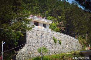 """农村人在山中建楼房,家家户户有庭院,称""""代价不小"""""""