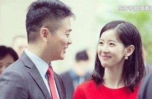 比刘强东大5岁的岳母有多年轻,和章泽天合照像姐妹!