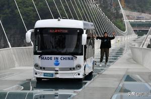张家界大峡谷:5.5吨无人驾驶巴士行驶300米高空玻璃桥