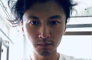 谢霆锋发布自己刚刚睡醒照:头发凌乱却愈发凸显超级帅气素颜脸庞