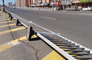 哈尔滨一处车行道护栏被大风吹倒    给车辆出行带来安全隐患