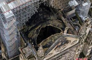 巴黎圣母院再烧半小时或全塌 尖塔顶端三件圣物被毁