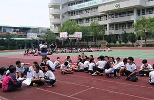 台湾花莲地震摇晃剧烈 小学生逃出教室操场避难