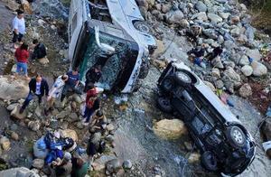 泸沽湖旅游大巴坠河进展:伤者无生命危险 肇事嫌疑人被控制