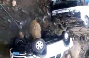 泸沽湖旅游大巴坠河现场图:致8人受伤 嫌疑人被控制