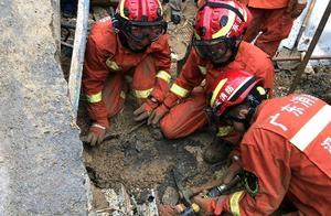 暴雨致深圳南山区一工业园地面坍塌,一女童不幸身亡