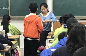 郑州女教师遇车祸致骨裂,次日拄双拐上课:孩子们的课程不能落下