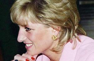 22年前戴安娜葬礼上,哈里双手垂下虔诚而忧伤,眼神却很复杂
