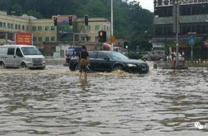 一场大雨,番禺南大路口严重水浸,过个马路连裤裆都湿了!