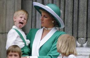 哈里是王室王子,没想到这么调皮,当众脱鞋子,戴安娜来不及制止