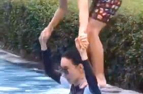 亲子时间!张柏芝与儿子泳池戏水 其乐融融画面温馨