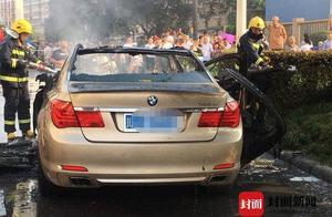 四川遂宁一宝马7系轿车街头自燃 未造成人员伤亡