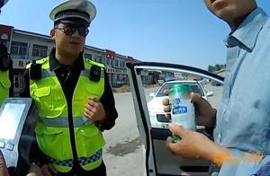 无证男子边开车边喝啤酒:口渴了当水喝