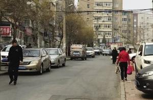 """居民楼路边停车,是违停还是""""刚需""""?大连业主群吵翻了……"""