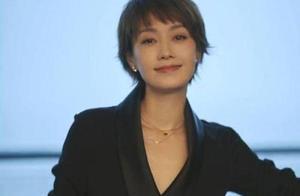 41岁马伊琍与43岁贾静雯,同穿黑色西服,网友:差别不是一般的大