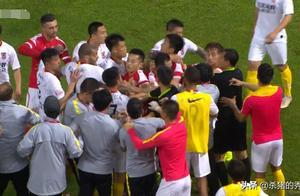 中国足坛再现大规模冲突,2队20多人乱成一团,2人被红牌罚下