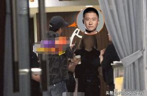 吴京深夜前往按摩店偶遇李亚鹏,两人相视一笑握手拥抱