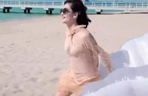 谢娜薄纱连衣裙海边玩水,八块腹肌一览无余,网友:黑色的是啥